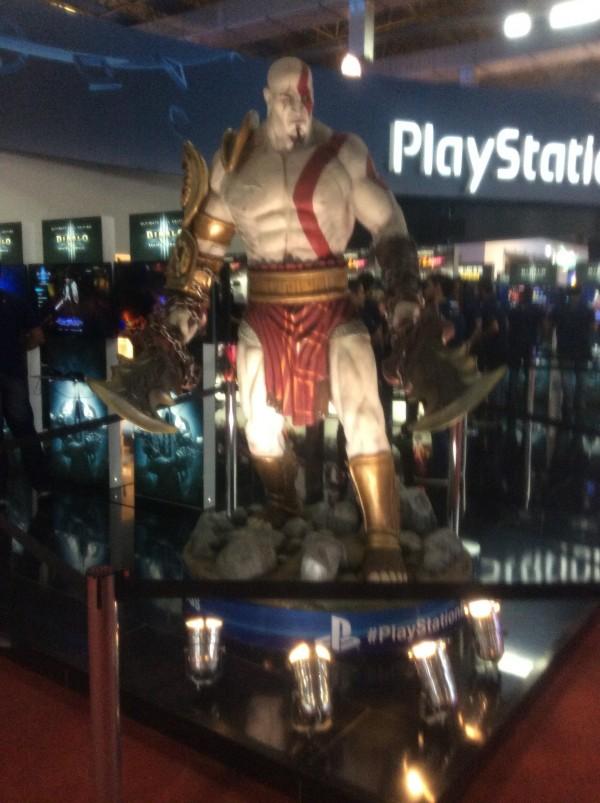 Uma estátua gigante de Kratos.